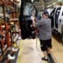 Zoemende armband houdt arbeiders in deze fabriek op veilige afstand van elkaar