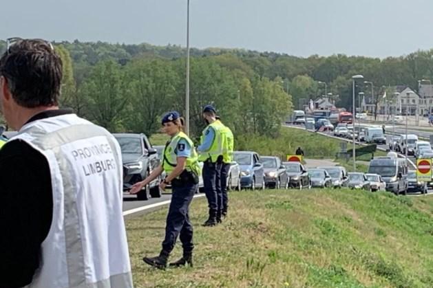 Lange file Duitsers door grenscontroles bij Roermond