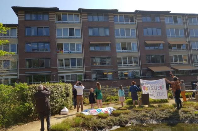 Bijzondere viering van 100e verjaardag in tuin appartementencomplex Heerlen