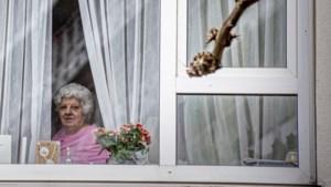 Zorgkoepel laat bezoek in verpleeghuizen toch binnen, met dikke laag folie als scheidslijn