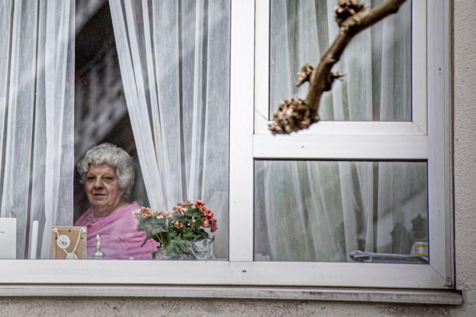 Limburgse zorgkoepel laat bezoek in verpleeghuizen toch binnen, met dikke laag folie als scheidslijn