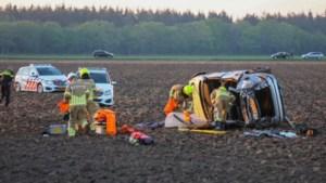 Auto belandt op zijkant in akker, twee personen gewond