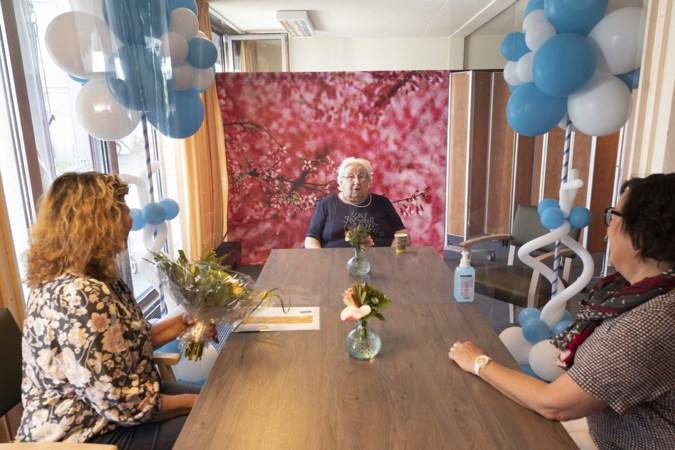 Lenie (92) krijgt eindelijk dochters weer op bezoek, en dat is een feestje