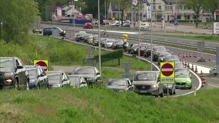 Weer rijen wachtende Duitsers voor Limburgse grens