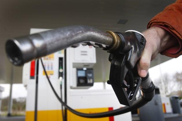 Omzet benzinepompen door 'thuis-quarantaine' gehalveerd