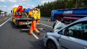 Auto botst frontaal tegen pijlwagen op A67