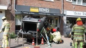 Auto rijdt vol gas over plein in Huizen: meerdere gewonden