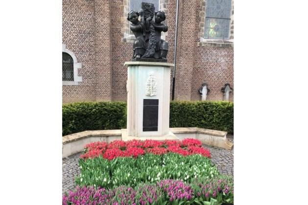 3000 tulpen bij het oorlogsmonument in Schaesberg