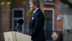 Willem-Alexander: het voelt vreemd op bijna lege Dam