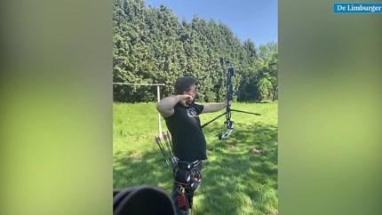 Video: Mike Schloesser en Gabriela Bayardo schieten pijlen in de achtertuin