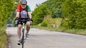 Weerter ex-coronapatiënt legt opnieuw de 80 km af die ambulance reed, maar nu per racefiets