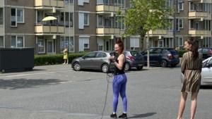 Danseres die wereld over reist even terug in Stein voor 'balkonbingo' met ouderen