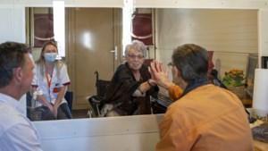 Raamvisite: bewoners Ter Eyck ontvangen bezoek