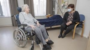 Knuffelen mag niet, maar oh wat is bezoek in verpleeghuis weer fijn
