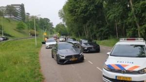 Stoet van 25 peperdure Mercedessen aan de kant gezet door politie