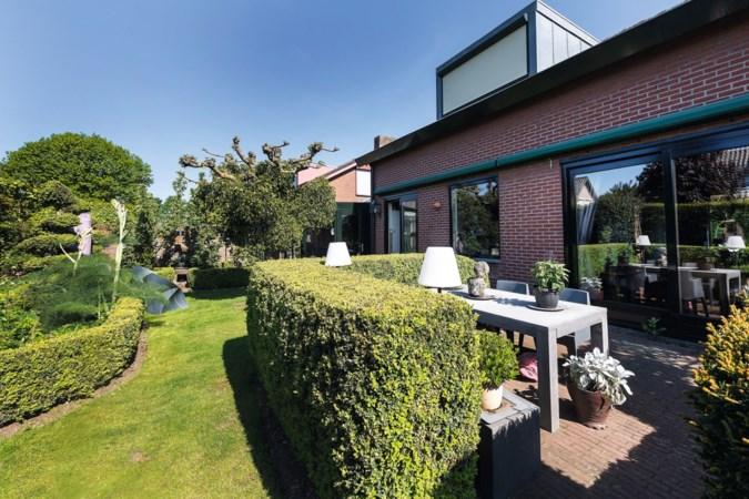 De moderne woning van Margriet in Posterholt staat vol middeleeuwse meubels en spullen