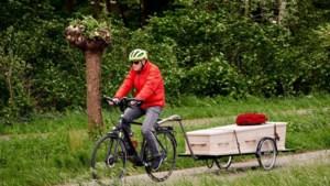 Ad brengt overleden echtgenote met fiets naar crematorium: 'Dit past bij haar, bij ons'