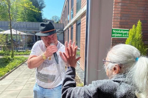 Benny Shallow treedt door corona buiten op bij zorginstellingen in Zuid-Limburg