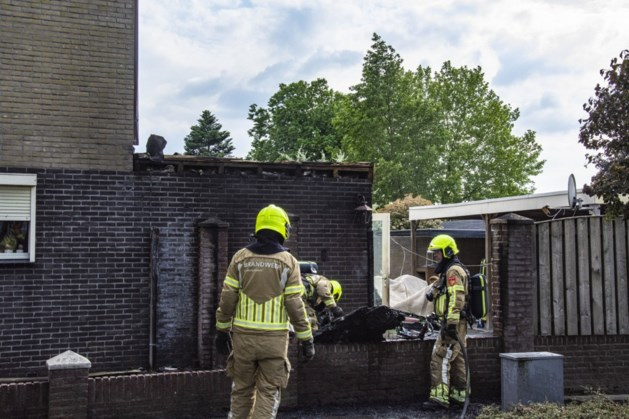 Schutting vat vlam bij onkruid verbranden