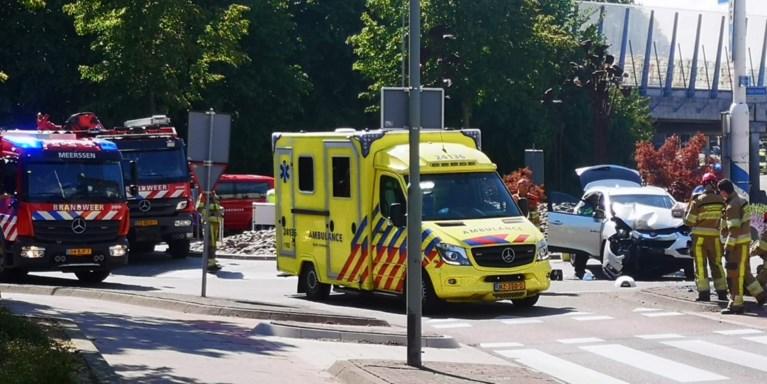 Auto botst frontaal tegen paal: twee gewonden