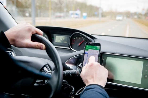 In de auto spelen met telefoon wordt steeds populairder