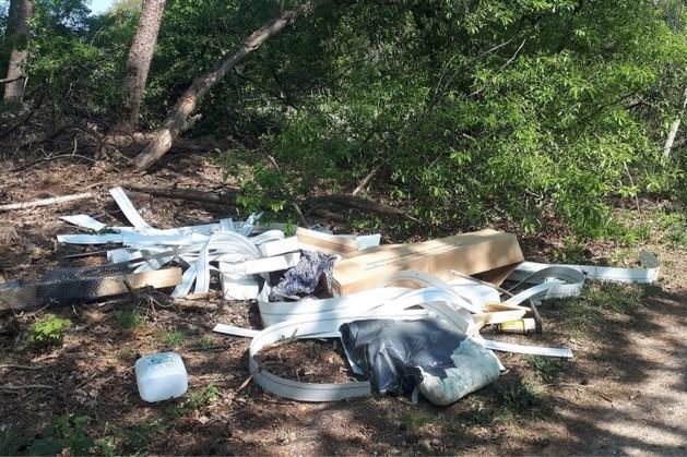 Man dumpt afval in natuur en krijgt forse boete