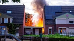 Vlammen slaan metershoog uit tuinhuisje: flinke rookontwikkeling