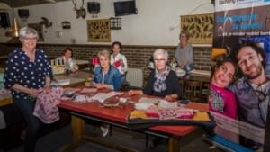 Mondkapjes naaien op de biljarttafel van 't Jachthuis in Beegden