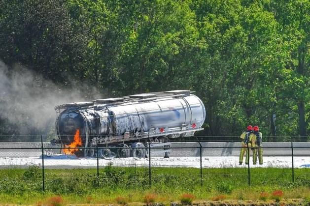 Dode door ongeluk meerdere vrachtwagens op A67: tankwagen in brand, snelweg dicht
