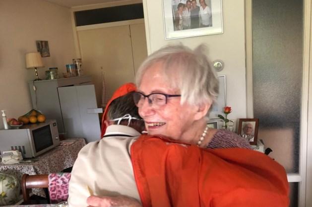 'Een eerste knuffel in twee maanden'