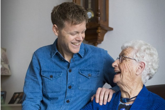 Zanger Lex Uiting verrast zijn 90-jarige oma