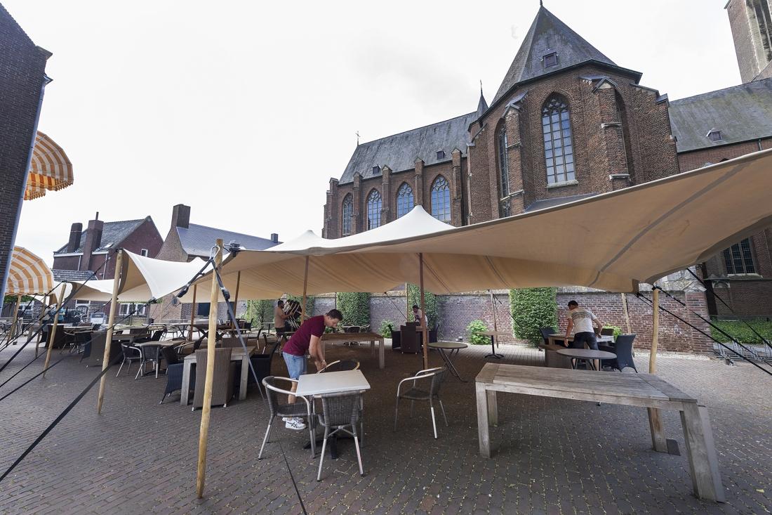 Gasten zitten droog bij de Pastorie in Roermond - De Limburger