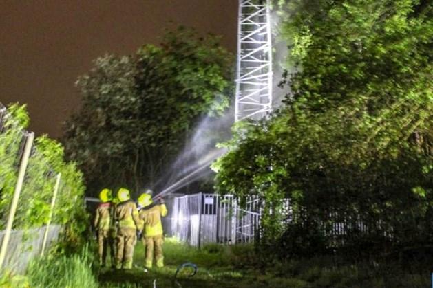 Politie zoekt donkerkleurige auto die wegreed kort na brandstichting bij zendmast langs A67