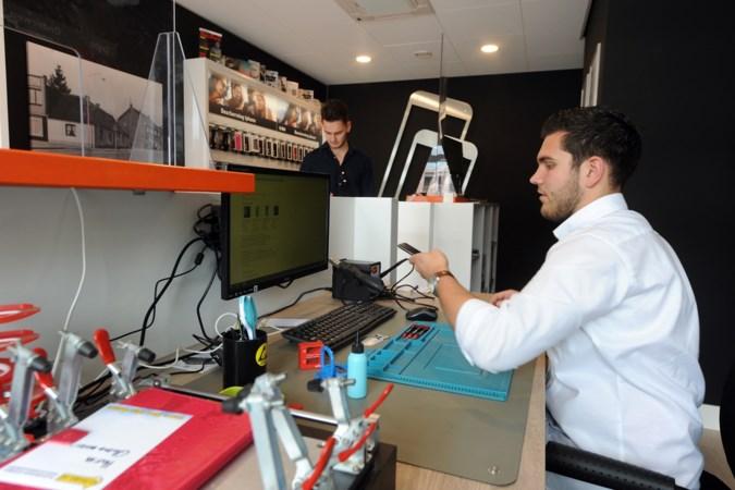 Student start nieuwe telefoonwinkel tijdens coronacrisis