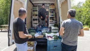 Syrische statushouder Ali Haidar is met zijn rijdende winkel een graag geziene gast bij de azc's in Sweikhuizen en Heerlen