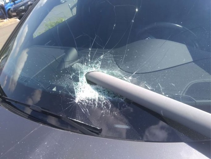 Porsche bungelt op de rand van de afgrond boven een parkeergarage: per ongeluk in de achteruit gezet