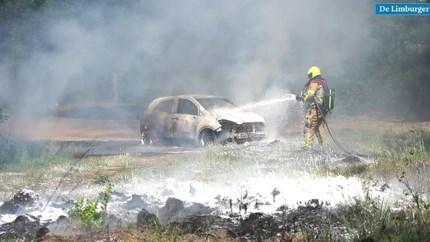 Vuur slaat snel om zich heen: auto brandt volledig uit