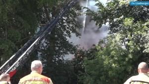 Zwarte rookwolken door uitslaande brand in kantine van voetbalclub