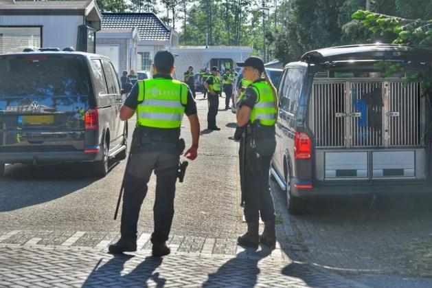Zes aanhoudingen en drie vuurwapens gevonden in woonwagenkamp Maarheeze