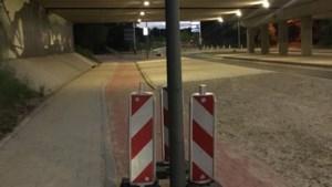 Bizar beeld: lantaarnpaal midden op fietspad
