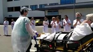 Video: Hartverwarmend applaus voor door corona getroffen zorgmedewerker die na 77 dagen ziekenhuis verlaat