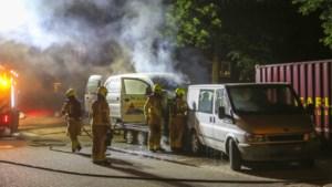 Twee busjes beschadigd door brand