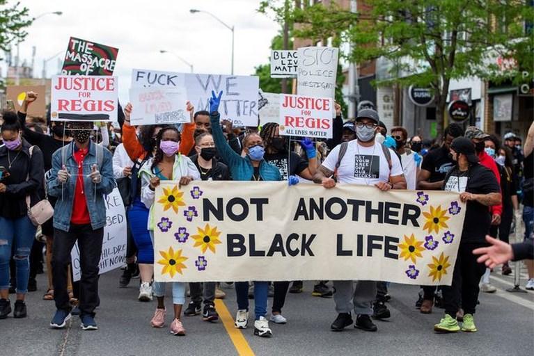 Familie Floyd komt met resultaten van eigen autopsie, broer roept op tot geweldloos protest