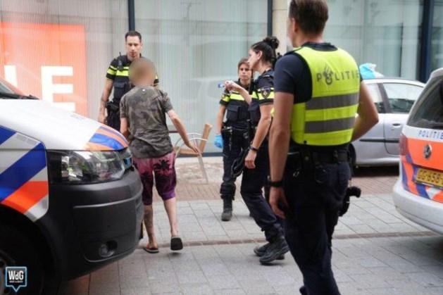 Vrouw slingert onder invloed met auto door centrum en rijdt terrasstoelen omver