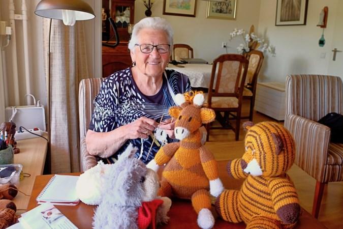 Doortje Timmermans (85) uit Weert breit het ene na het andere dier