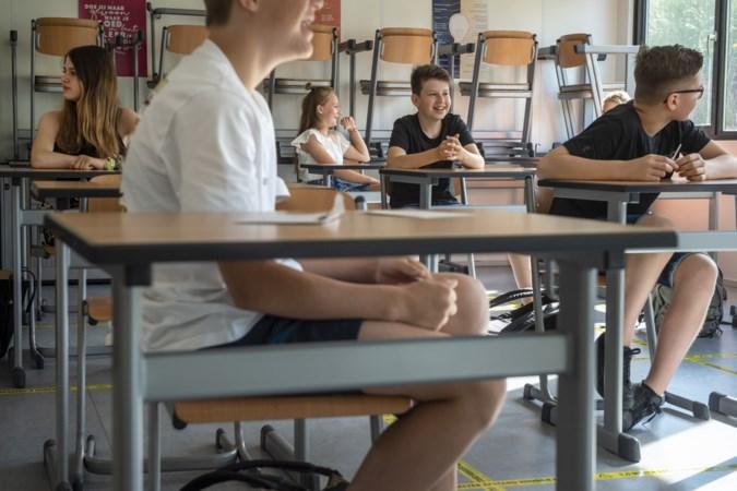 Leerlingen middelbare scholen weer aan de slag: een Chupa Chups als troost in de geamputeerde klas