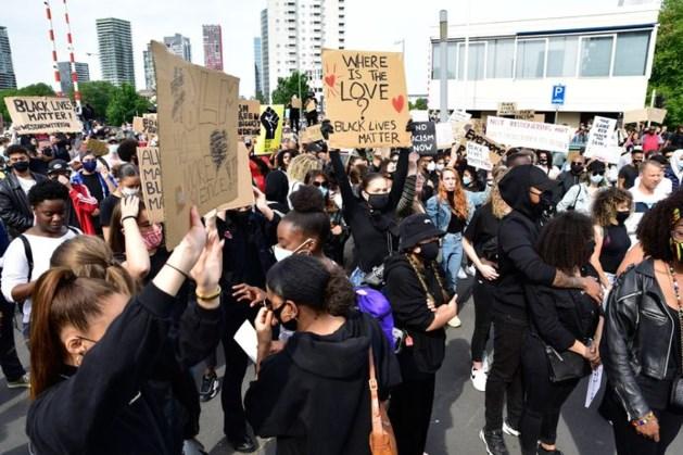 Duizenden demonstranten in Rotterdam, politie waarschuwt afstand te houden