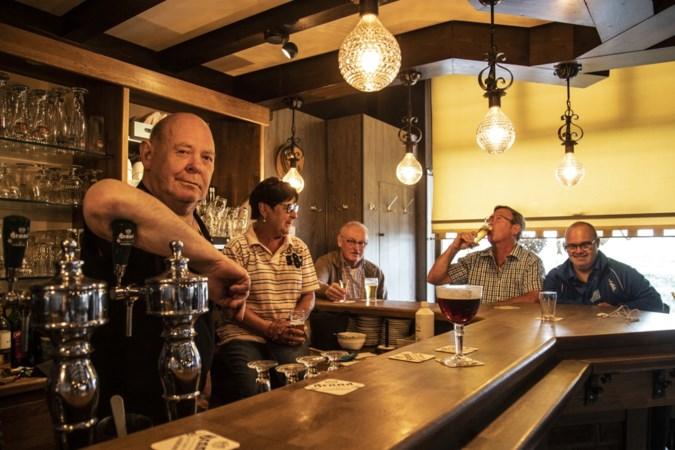 Corona brengt kasteleinspaar terug achter de tap: 'We vinden dit leuk. Een biertje, een beetje ouwehoeren'