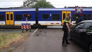 Auto ramt spoorwegovergang, treinverkeer stilgelegd