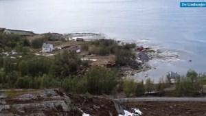 Video: Aardverschuiving sleurt huizen de zee in: 'Heb gerend voor mijn leven'